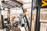 How to properly check the hydraulic fluid of forklift